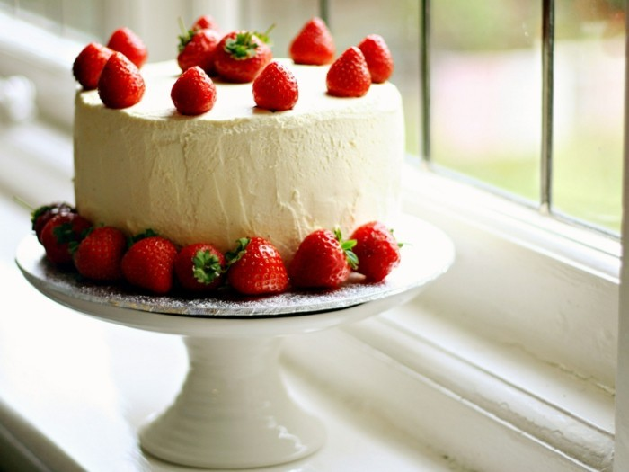 torte dekorieren ausgefallene torten elegante torte erdbeeren