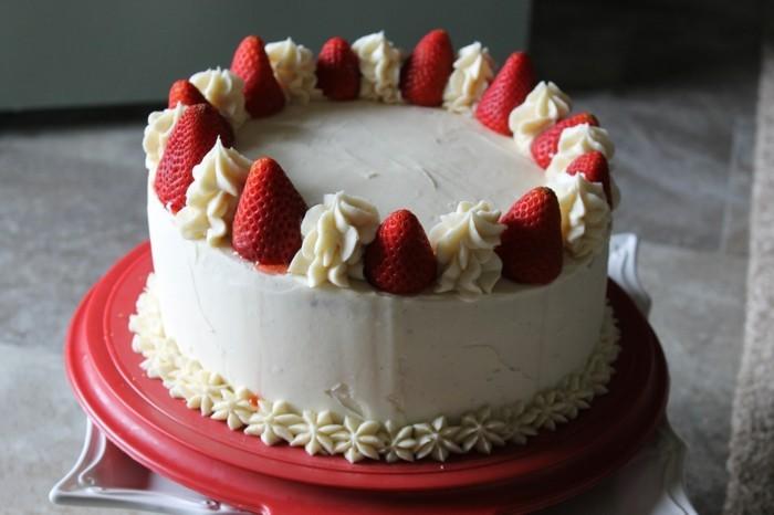 torte dekorieren cremige torte dekorieren mit erdbeeren