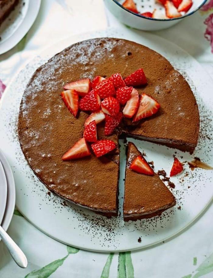 torte dekorieren erdbeeren leckere nachspeisen ideen