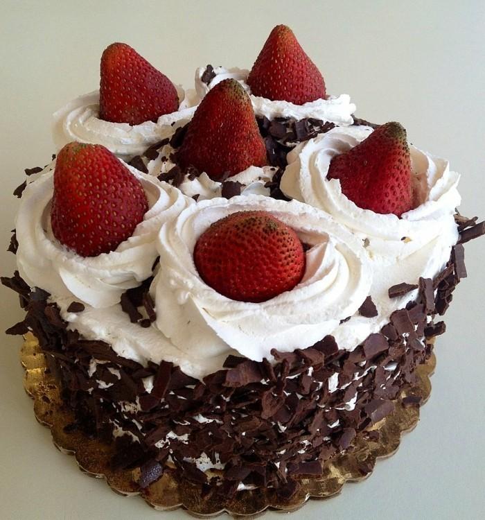 torte dekorieren erdbeeren schokolade creme