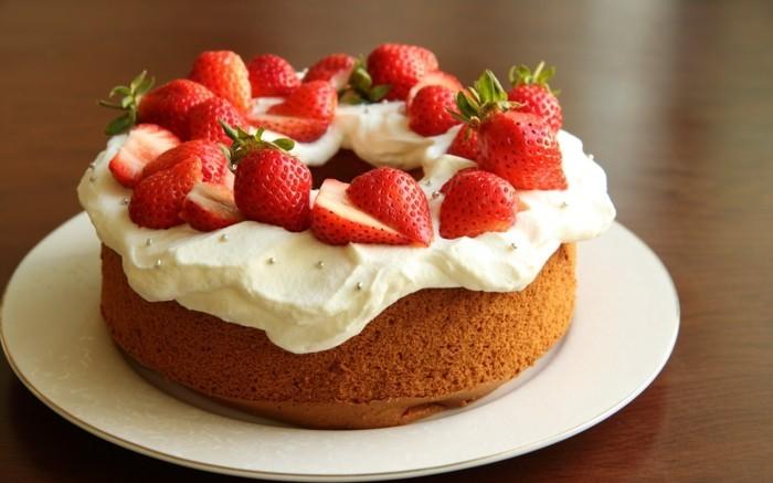 torten deko ausgefallener kuchen mit erdbeeren