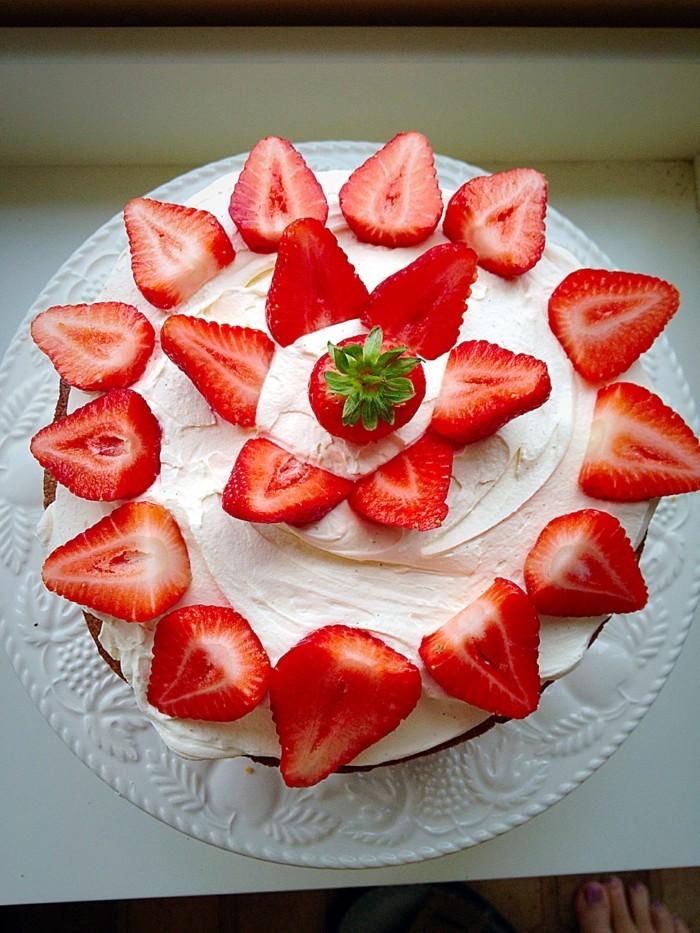 torten deko torte mit erdbeeren verzieren ideen