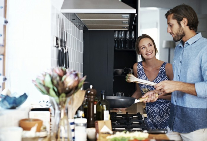 valentinstag ideen liebespaar zusammen kochen sich amüsieren