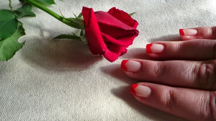 valentinstag ideen nägel rote akzente rose
