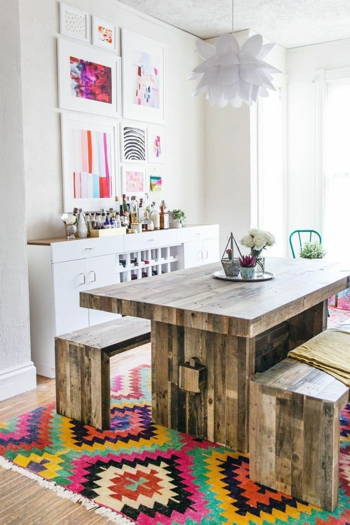 wohnideen esszimmer eklektisch farbiger teppich holzmöbel