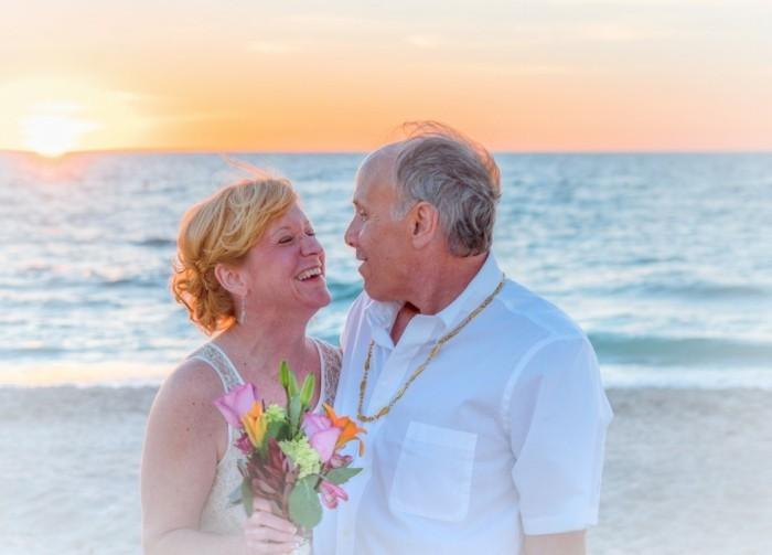 älteres paar hat freie trauung am strand