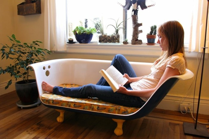 alte badewanne wird lesecouch upcycling mobel ideen