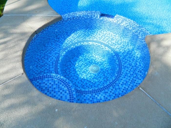 blaues pool im garten anlegen
