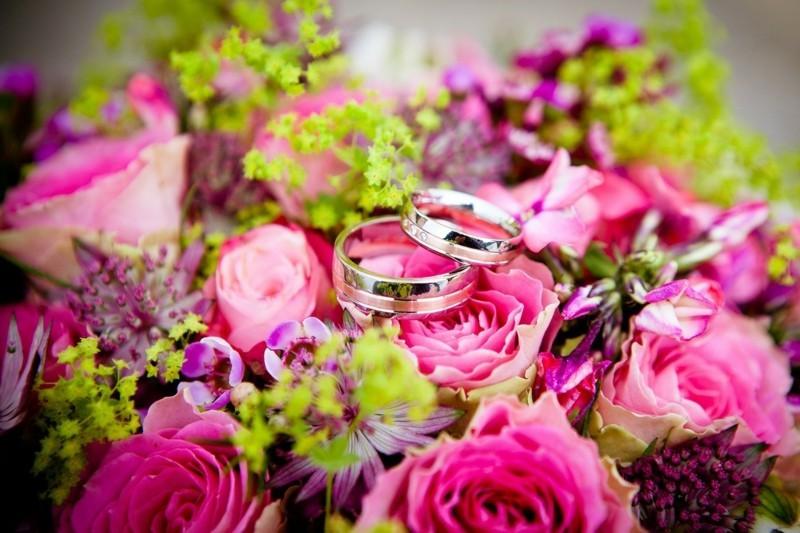 blumenstrauß rosen eheringe