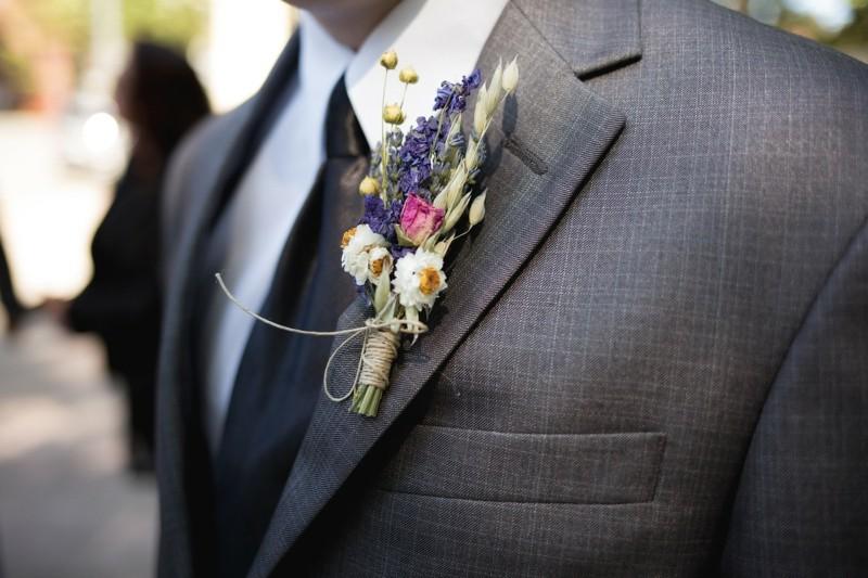 bräutigam mit anzug und blumen