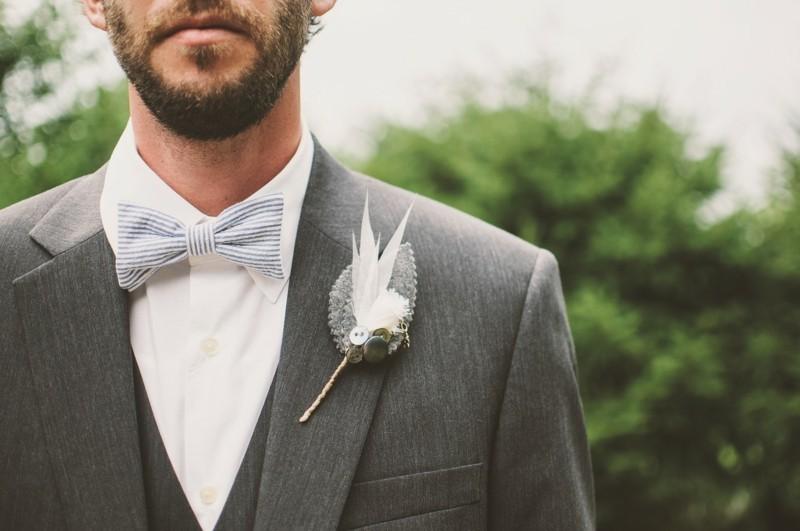 bräutigam mit grauem anzug und fliege