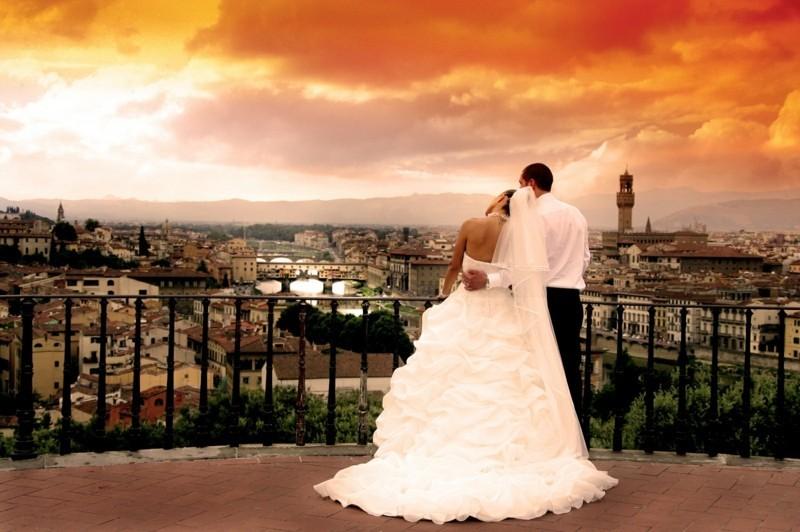 braurpaar hochzeitsbilder idee sonnenuntergang terrasse stadtpanorama