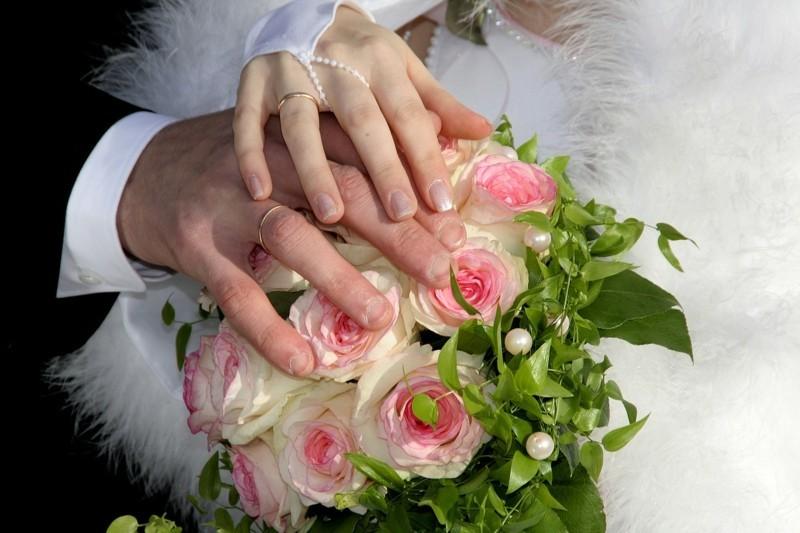 braut und bräutigam hände rosen ringe