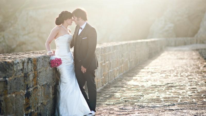 brautpaar hochzeitsfoto idee auf der brücke brau bräutigam rosenstrauss