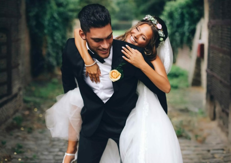 brautpaar hochzeitsfoto idee hochzeitskleid braut bräutigam