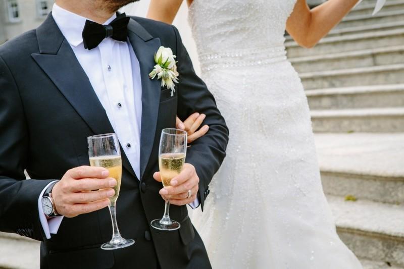 brautpaar sekt gläser brautkleid bräutigam
