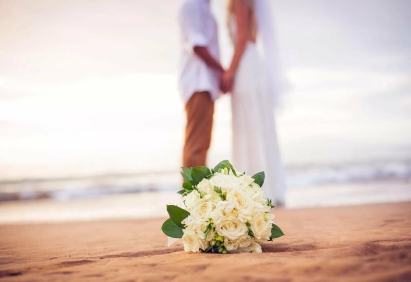 brautstrauss strandhochzeit ehepaar