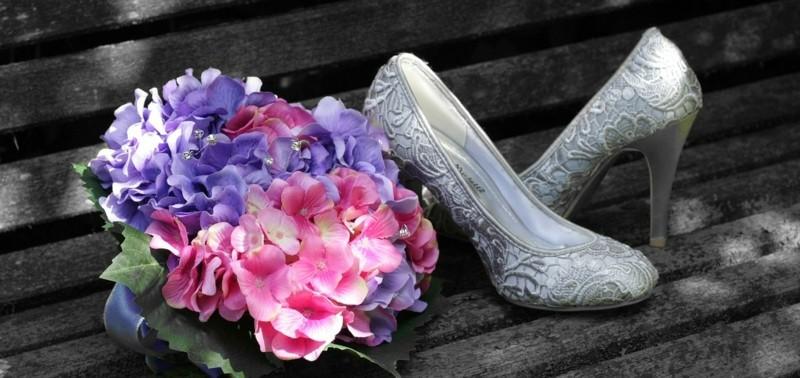brautstrauss und silberne brautschuhe hortensien