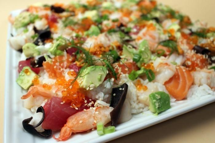 chirashi sushi auf dem teller