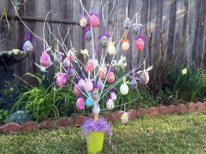 ein farbenfroher osterbaum im garten eierbaum