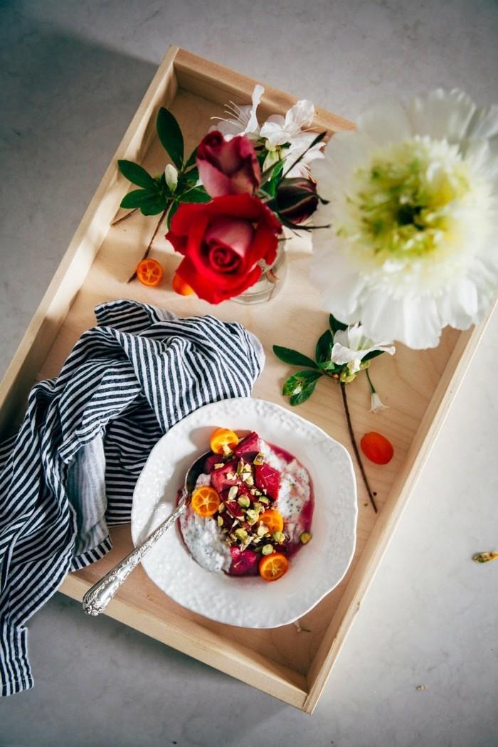 ein traumfruehstueck im bett mit rhabarber