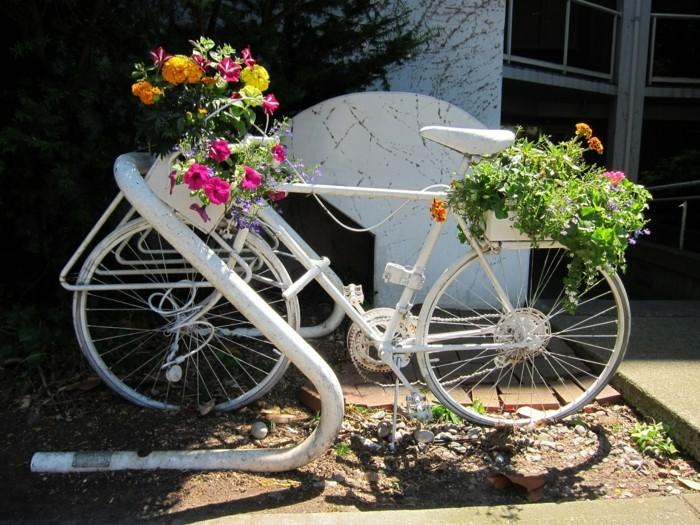 ein weisser fahrrad im garten