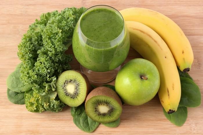 gruene kohl mit banannen kiwi und apfel