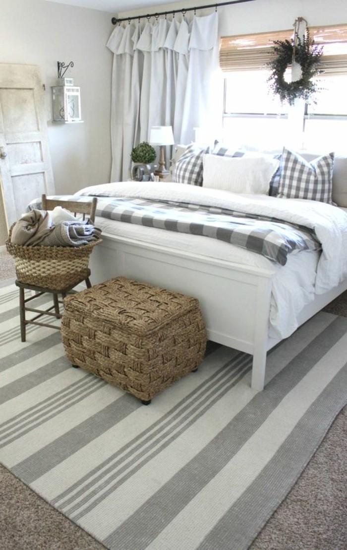 einrichtungsideen für schlafzimmer streifenteppich und aufbewahrungskörbe