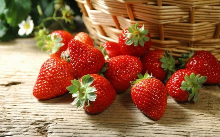 erdbeeren essen und das leben geniessen