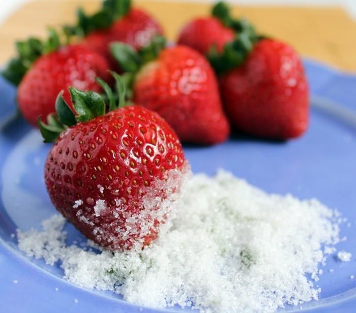 erdbeeren mit zucker bestreuen