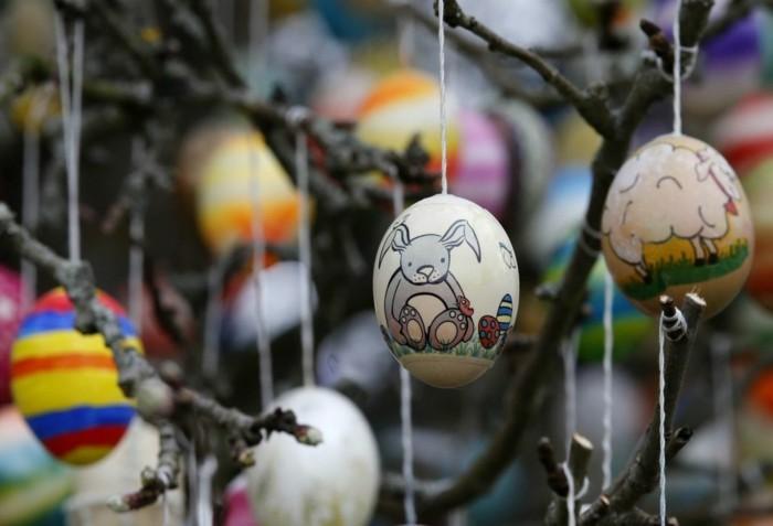 farbenfrohe eier auf dem apfelbaum