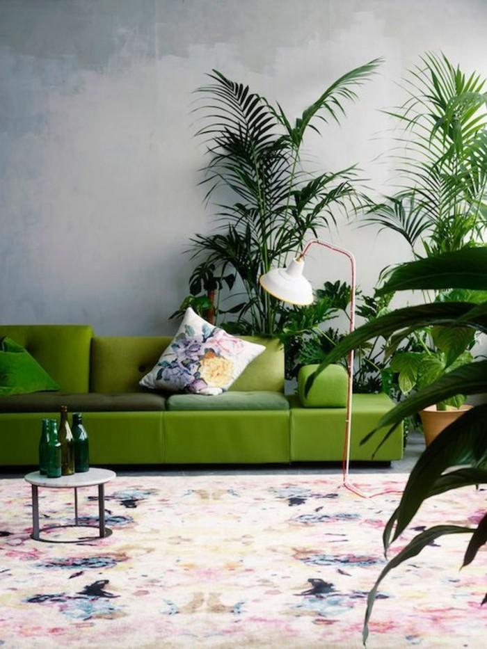farbkombinationen im wohnzimmer grünes sofa und viele pflanzen