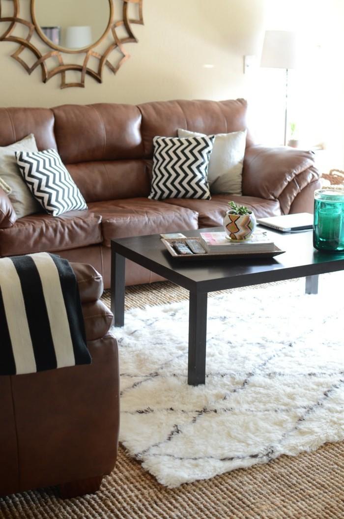 farbkombinationen im wohnzimmer weißer teppich und braune ledermöbel