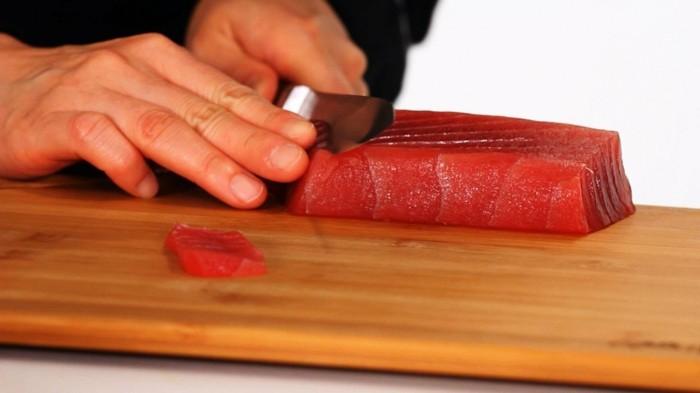 fisch schneiden und sushi zubereiten
