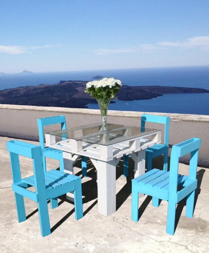 gartentisch-esstisch-selber-bauen-und-bemalen-mit-blauen-stühlen-aus-holz