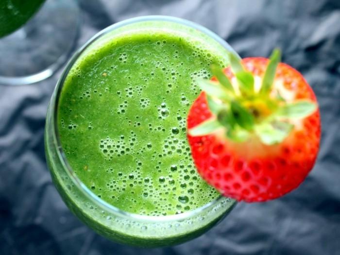 gruene smoothie mit erdbeeren