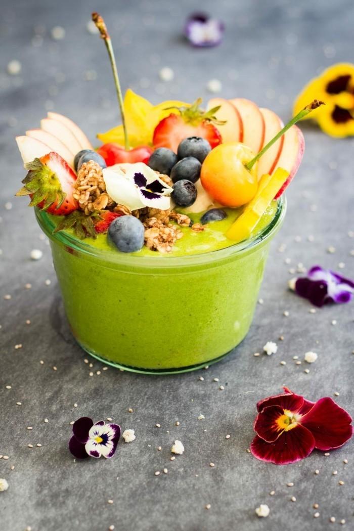 gruene smoothies mit zitrusfruechten und essbaren blueten