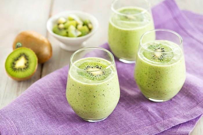 gruener smoothie mit kiwi