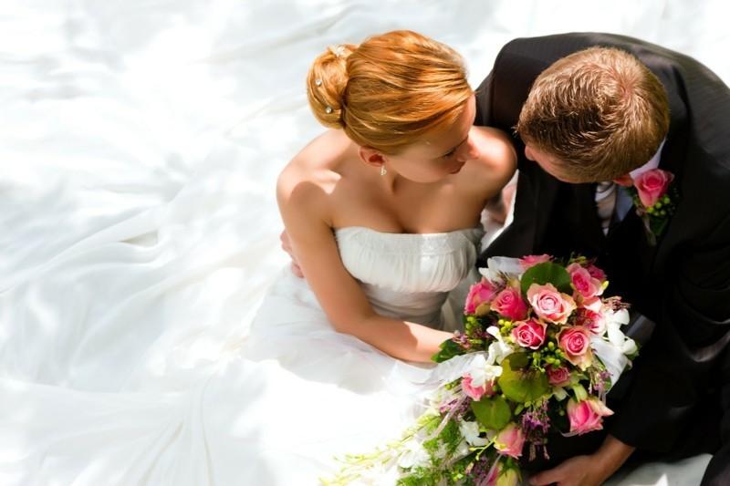 hochzeitsbilder ideen professional machen lassen brautstrauß ehepaar
