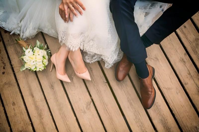 hochzeitsfotos ideen braut bräutigamauf den holz dielen