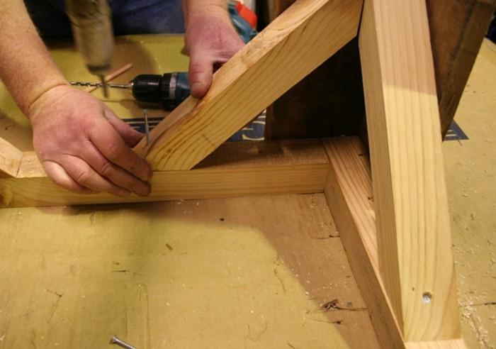 holzpaletten-holzbretter-diy-esstisch-anleitung-für-gartenmöbel-selber-bauen