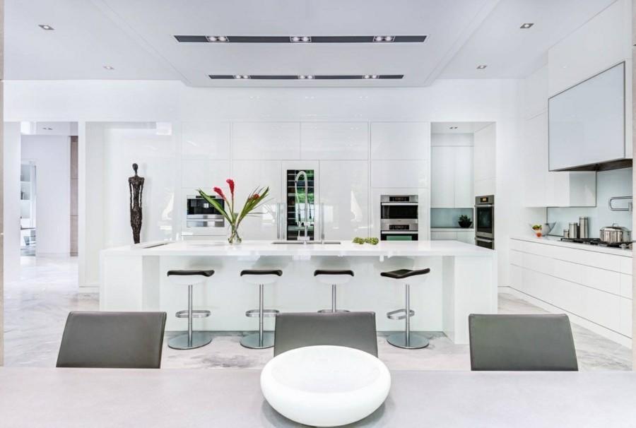 küchengestaltung bodenbelag marmor weisse küchenschränke und kücheninsel