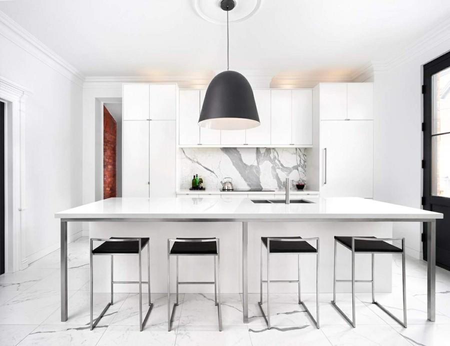 küchenrückwand aus marmor weisse kücheninsel barhocker grosse pendelleuchte