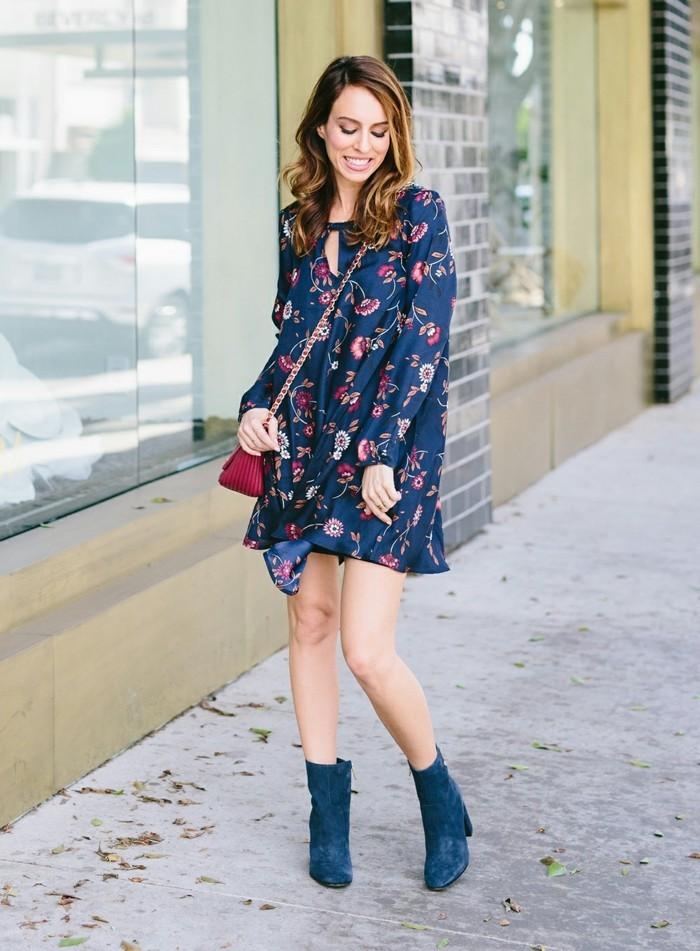 kleid mit blumenmuster blaunuancen boots