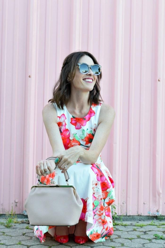 kleid mit blumenmuster sommerliches outfit kreieren