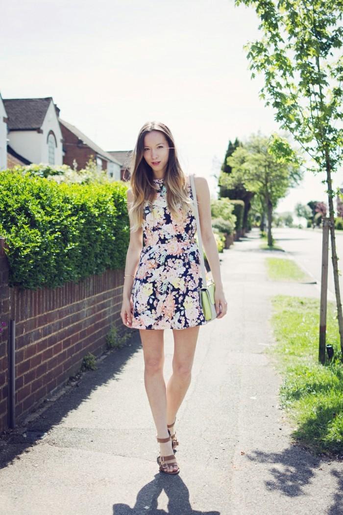 kleid mit blumenmuster spazieren gehen im sommer