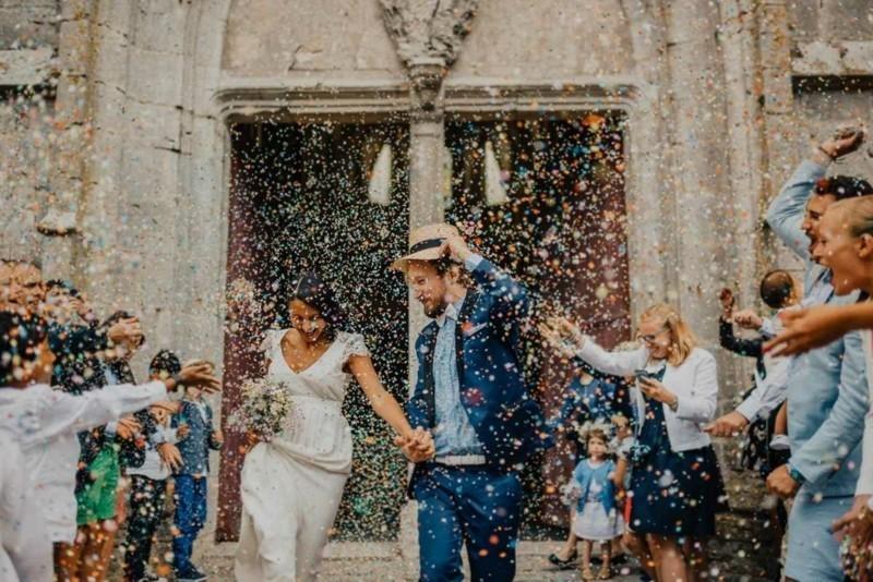 konfetti hochzeitfoto brautpaar vor der kirche