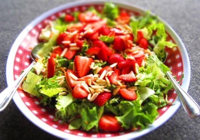 kopfsalat erdbeeren und nuesse