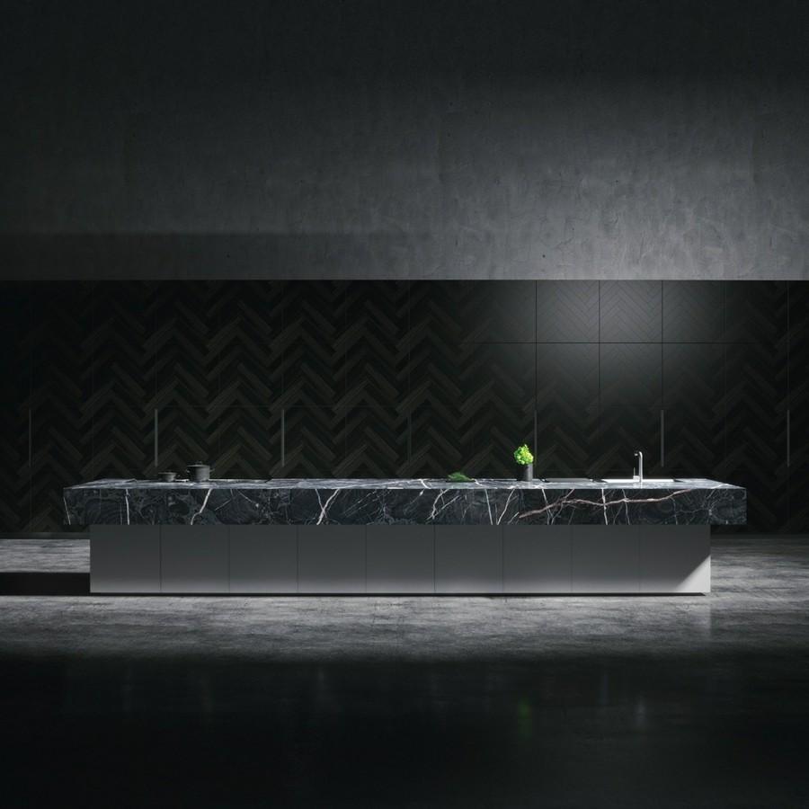 lange kücheninsel mit spüle schwarze wandfliesen