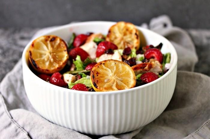 leckerer salat mit gruengemuese zitrone und erdbeeren